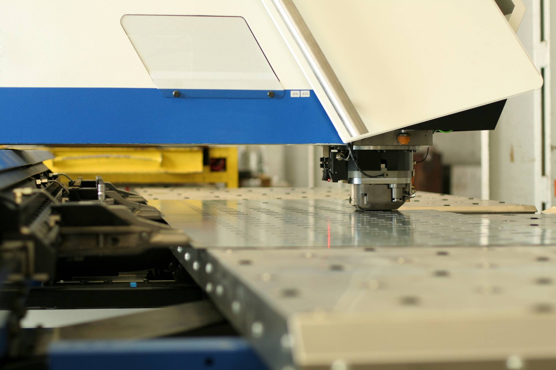 Precise working with metal sheets